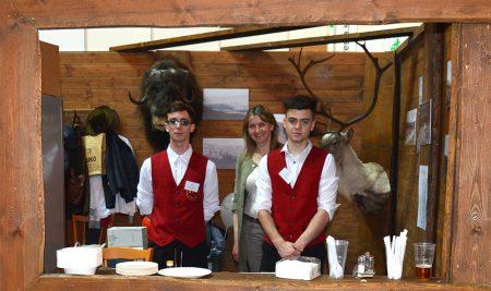 Studenti obsluhovali na mysliveckém veletrhu
